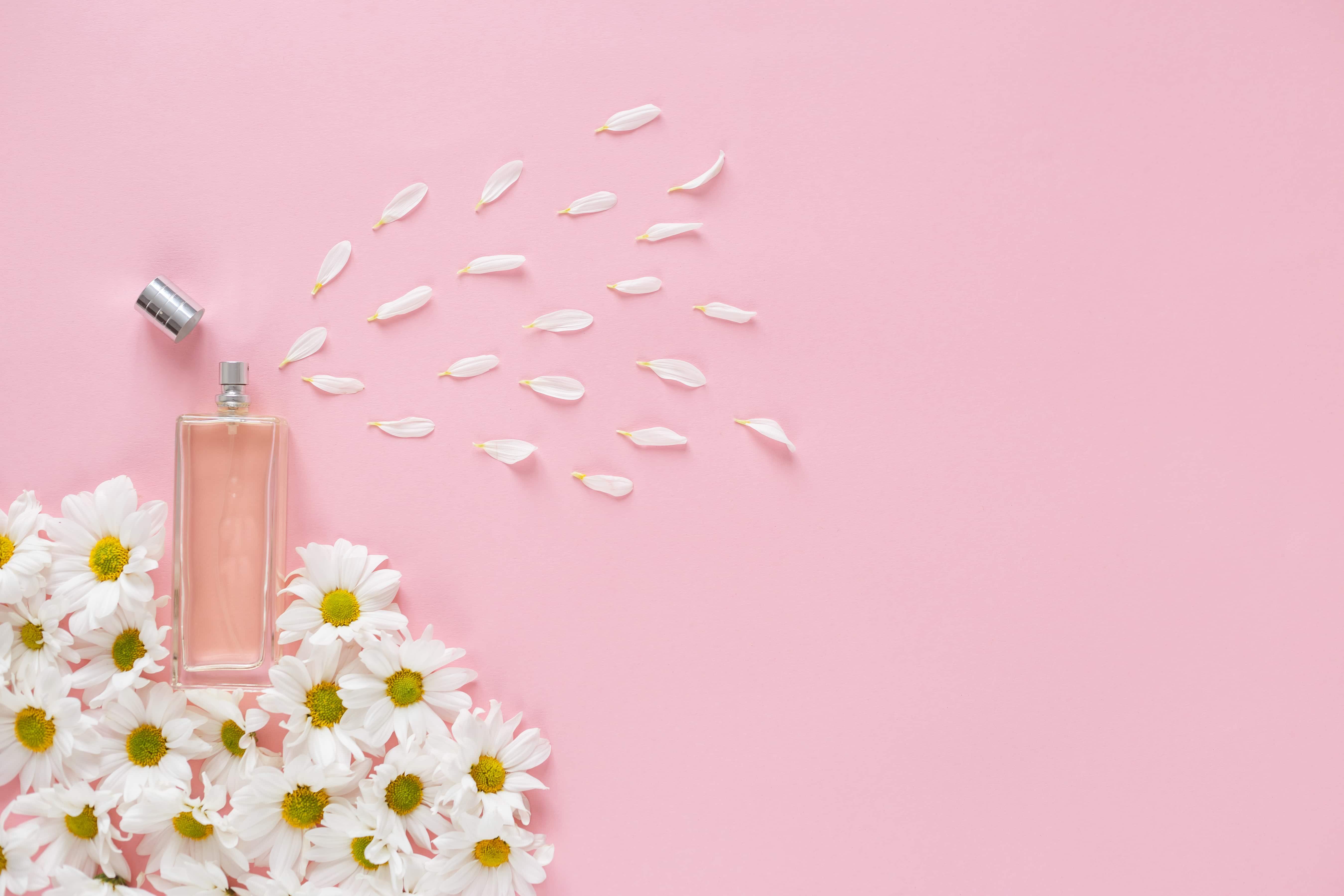 Духи на розовом фоне