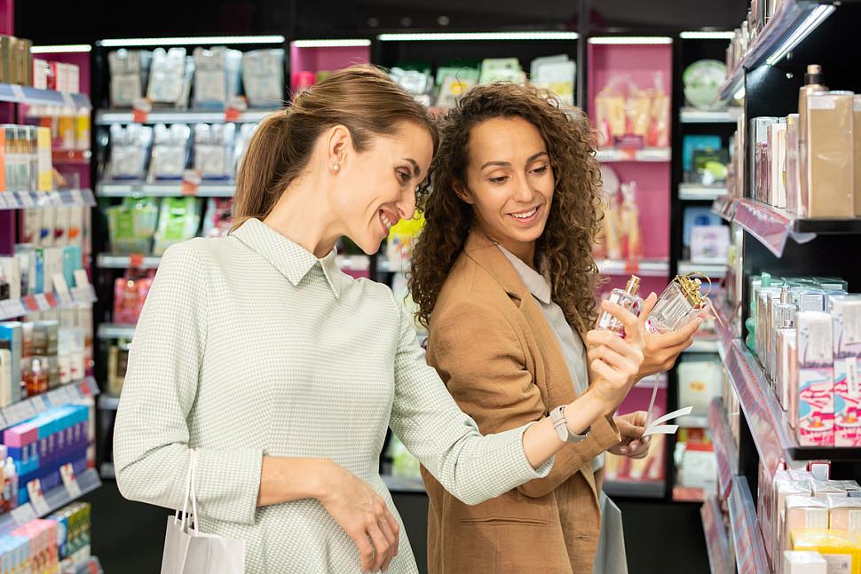 Женщины выбирают парфюм
